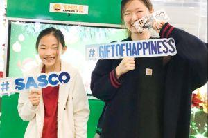 """Hành khách tận hưởng """"cơn mưa"""" quà tặng từ Gift of Happiness"""