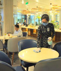 Phòng chờ thương gia sử dụng tia UV, dung dịch khử khuẩn máy bay phòng ngừa Covid-19